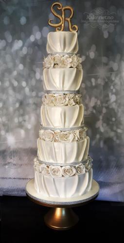 5 etasjes kake med drapering og sukker-roser